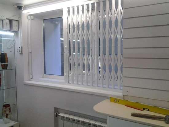 Какой вариант металлических раздвижных решеток на окна лучше предпочесть