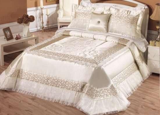 Стеганное покрывало - роскошное украшение для широких кроватей