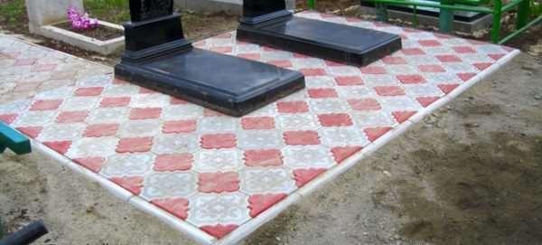 Установка на могилу напольных покрытий из брусчатки