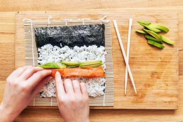 Как приготовить суши с лососем самостоятельно