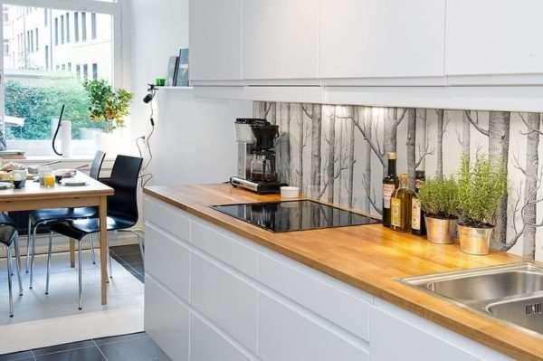 Преимущества применения стеклянного фартука на кухне