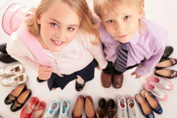 Тонкости выбора детской одежды и обуви на подарок