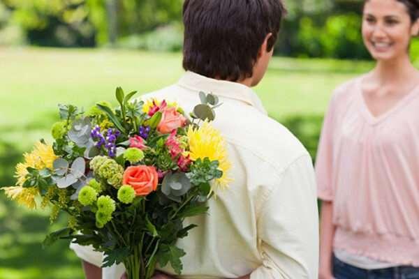 Как правильно дарить букет цветов девушке