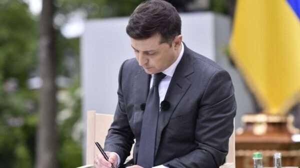 Президент Украины прекратил работу Нацкомфинуслуг